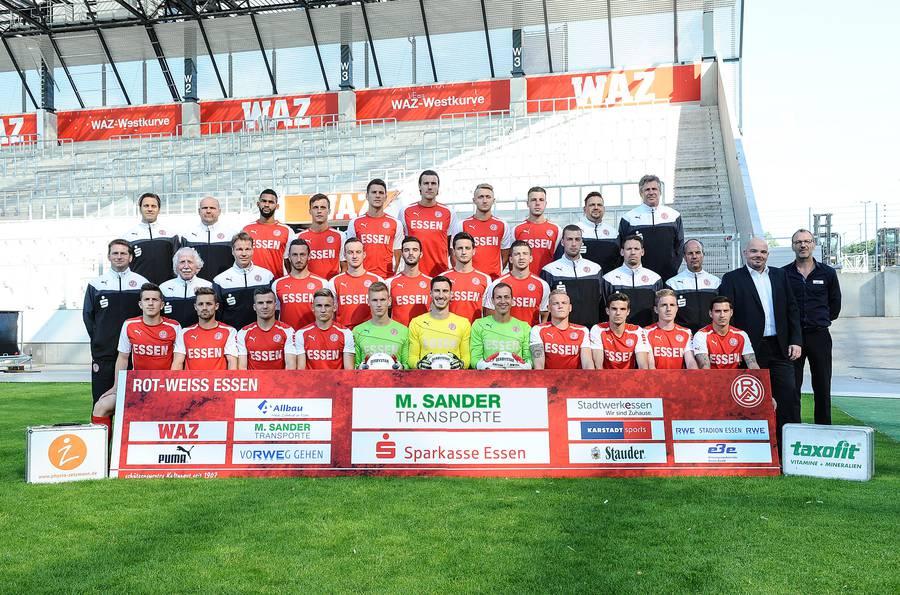 Markus Sander mit dem RWE-Kader der Saison 2014/15